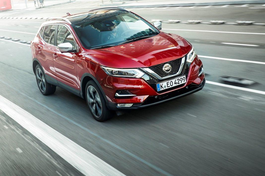 Imagen de un Nissan Qashqai rojo en la carretera