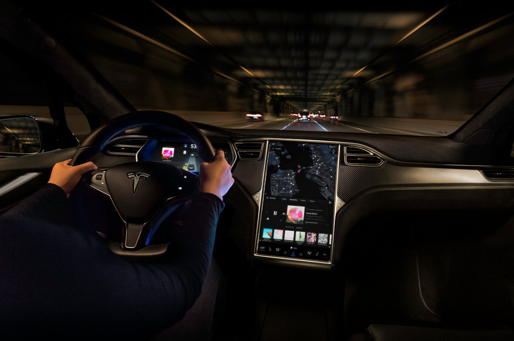 Imagen nocturna del interior de un Tesla Model X