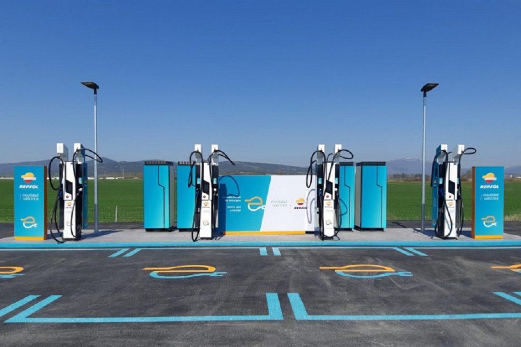¿Qué pasa si un ciberdelincuente toma el control de un punto de recarga de coches eléctricos? No solo es cuestión de daños en la propia estación. Las consecuencias podrían ser peores...