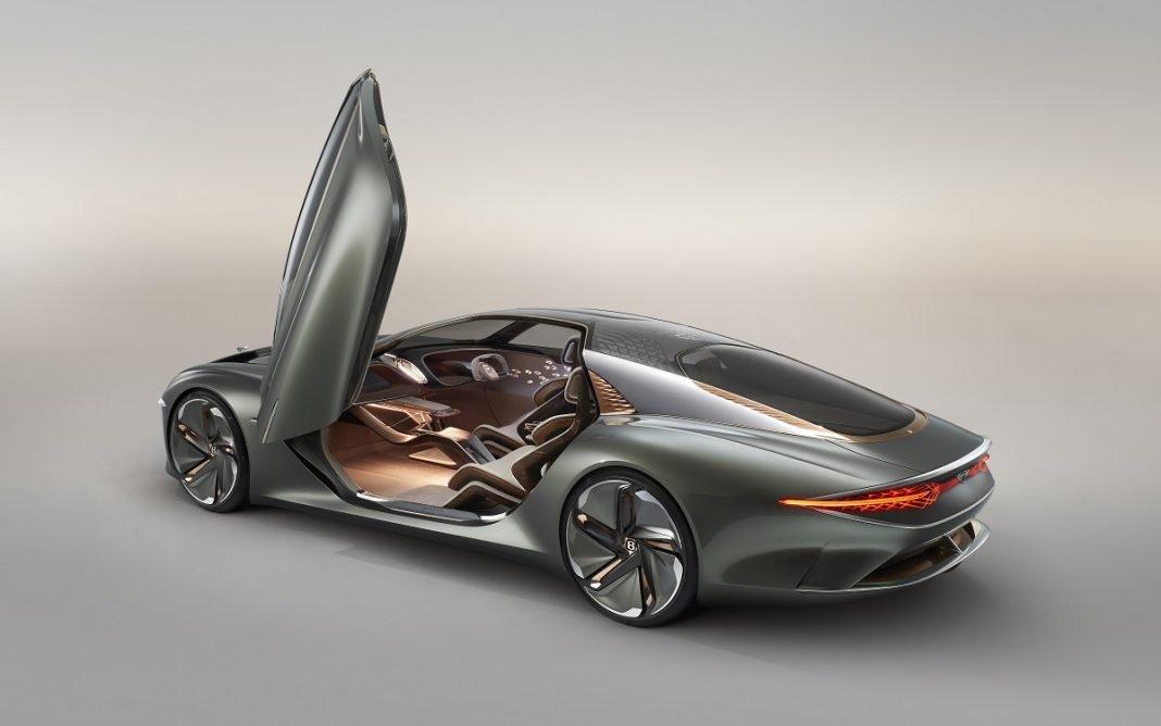 Imagen del nuevo concept de Bentley EXP 100 GT visto desde atrás y con las puertas abiertas