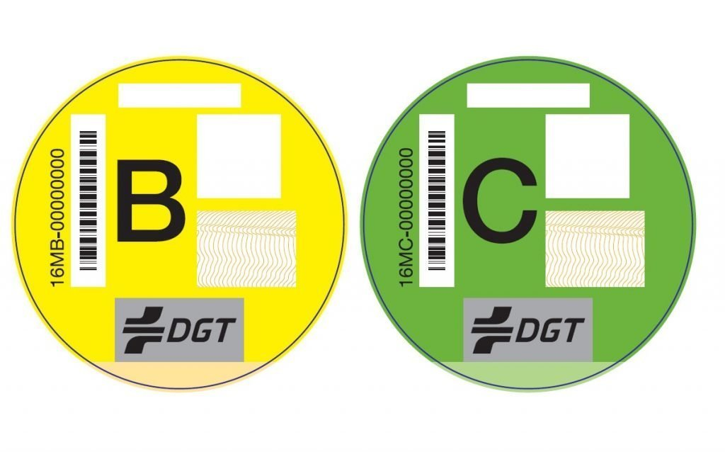 Imagen de dos de las etiquetas de la DGT