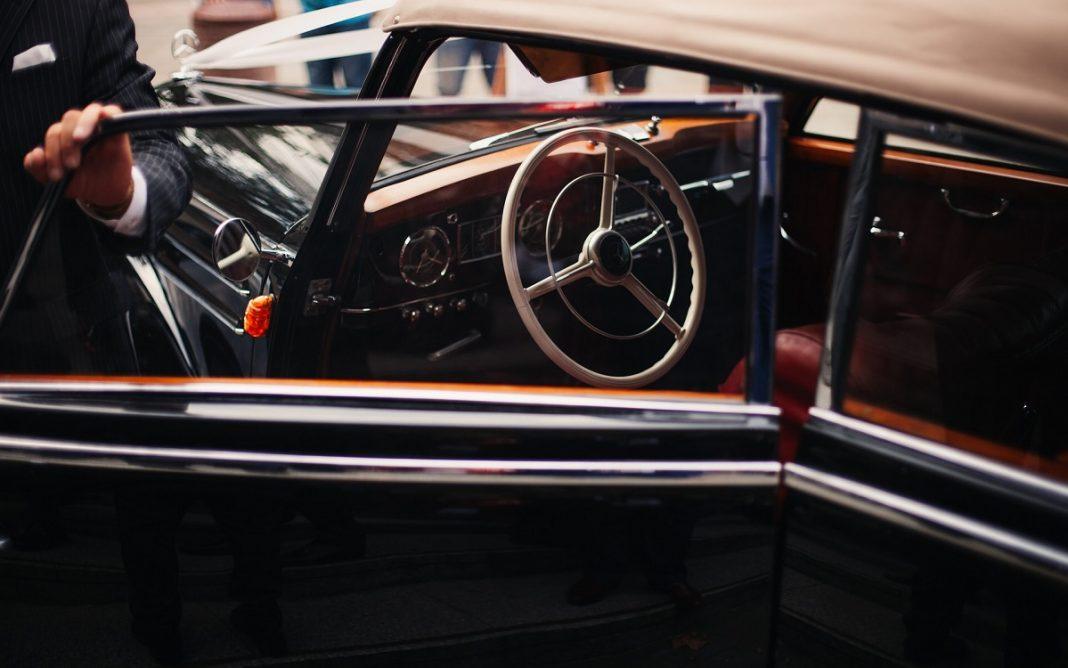 Imagen de un coche de bodas