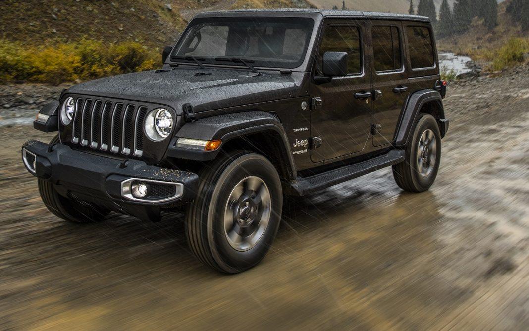 Jeep Wrangler circulando por un camino embarrado