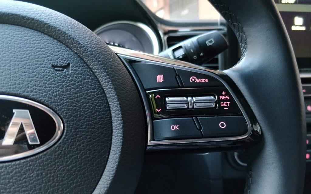 Imagen de los botones del volante multifunción que incluye el Kia Ceed.