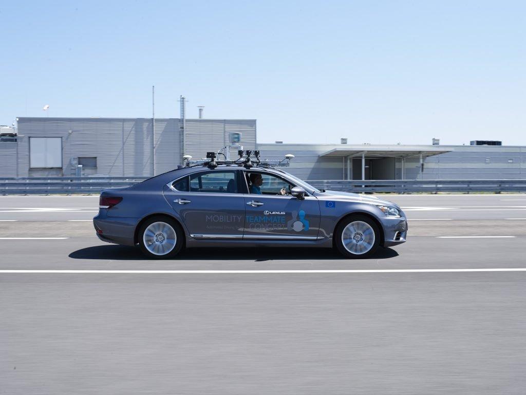 Lexus LS autónomo lateral