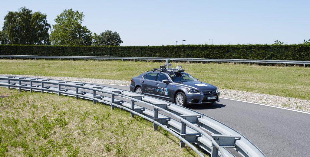 Lexus LS autónomo tres cuartos