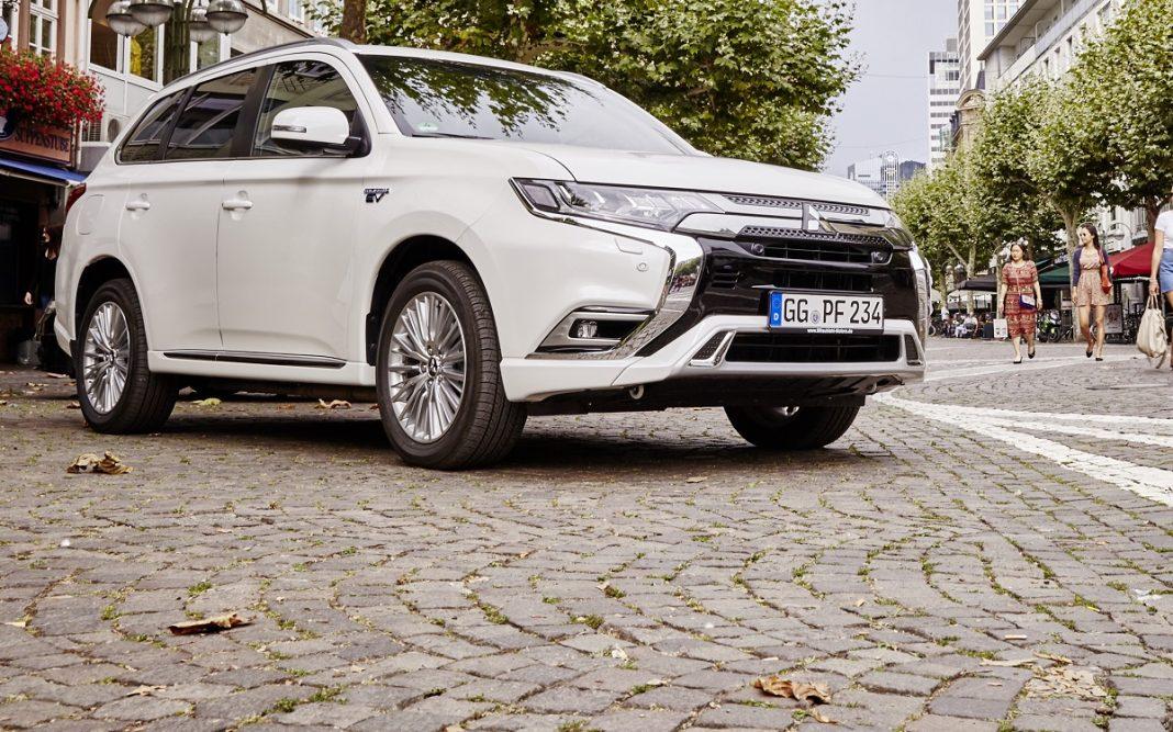 Mitsubishi Outlander enfuchable en una calle de Alemania