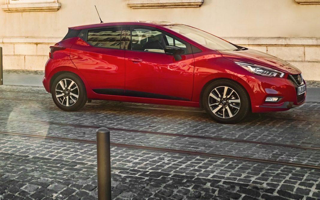 Imagen de un Nissan Micra de color rojo