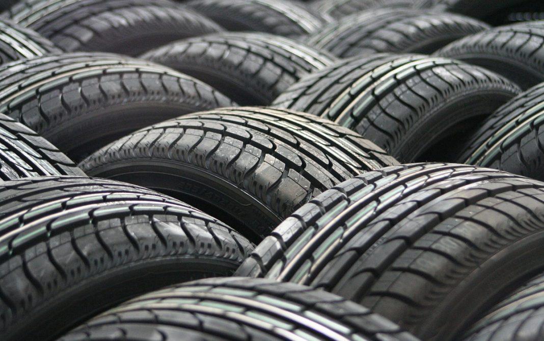 En la imagen se ven colocados muchos neumáticos