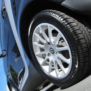 Imagen en primer plano de los neumáticos de un coche