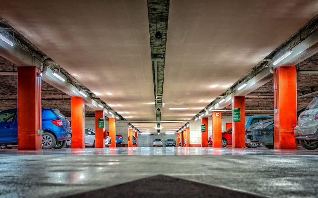 Imagen de un parking subterráneo.