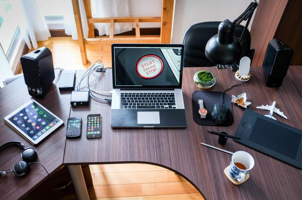 Interior de una casa en la que destaca una mesasobre la que están puestos muchos dispositivos tecnológicos