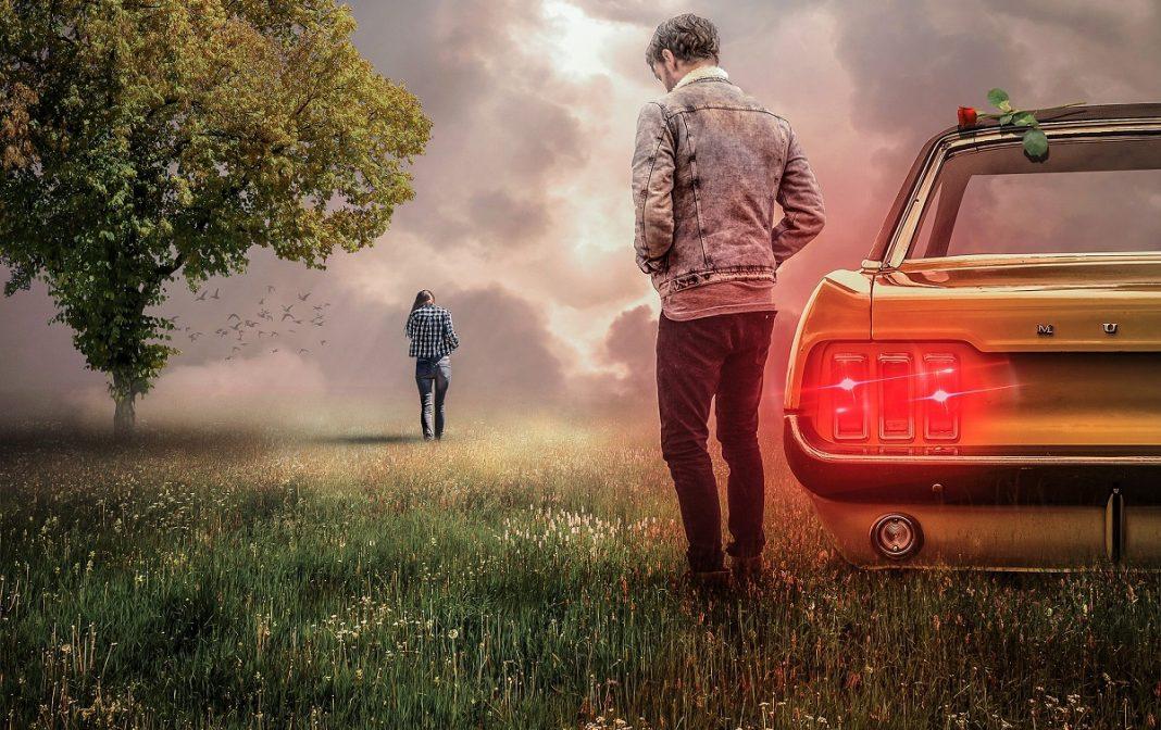 Imagen de una persona junto a un vehículo