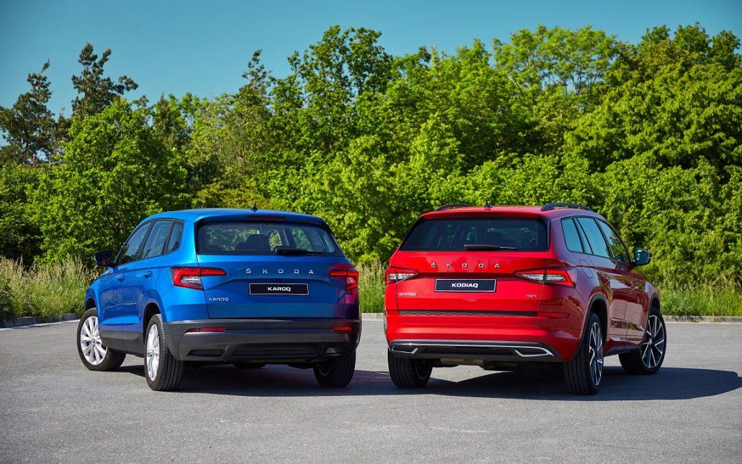 Imagen de un Skoda Karoq azul y un Kodiaq rojo aparcados uno junto a otro
