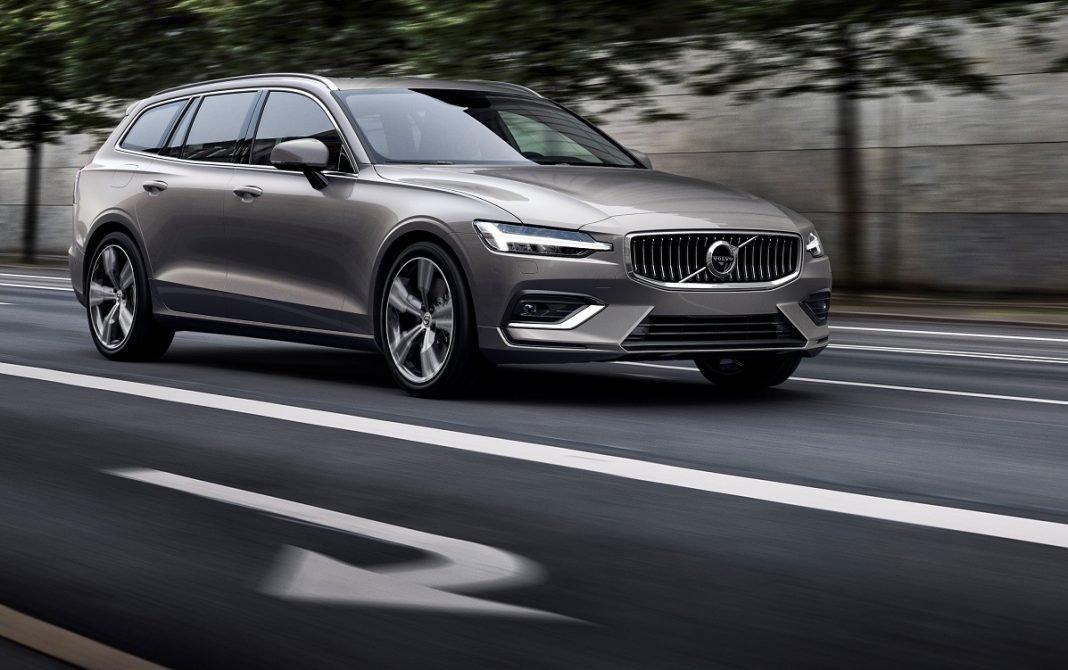 Imagen de un Volvo V60 en una carretera