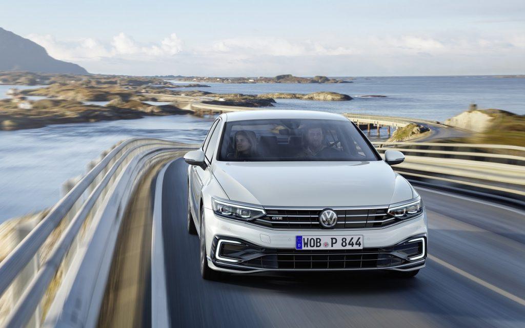 Imagen del nuevo VW Passat 2019 en carretera