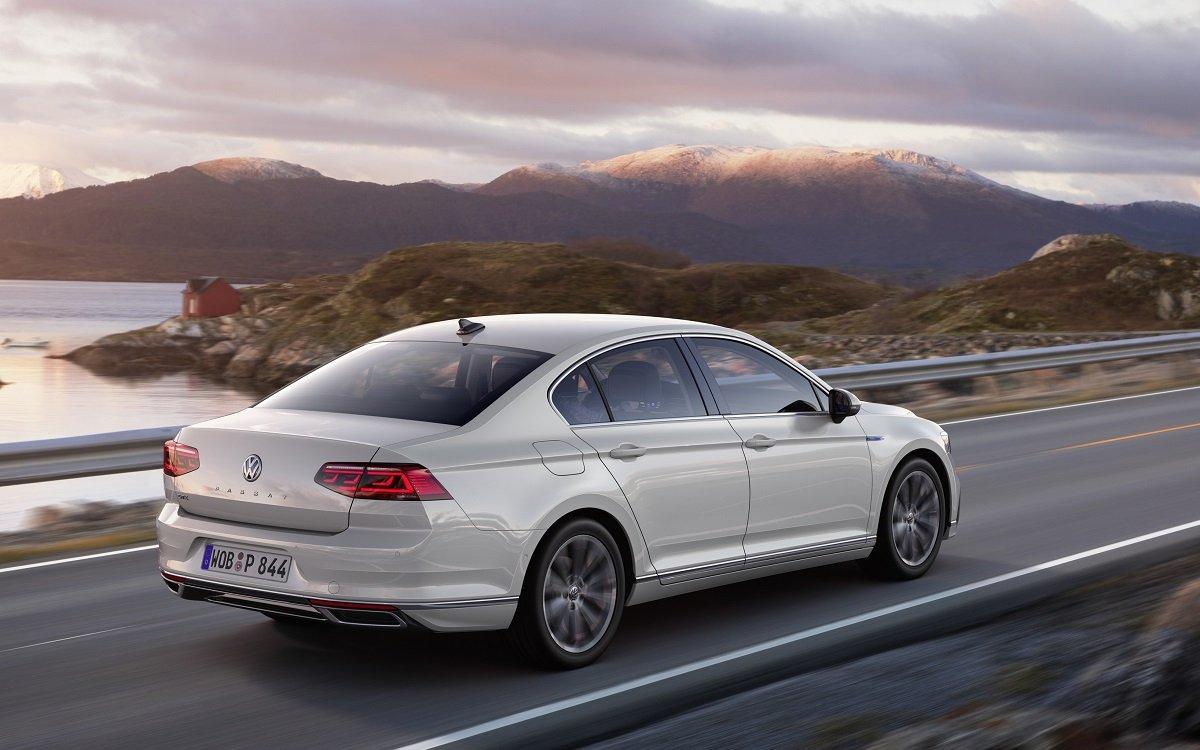 Imagen de tres cuartos trasero del nuevo VW Passat 2019 en carretera