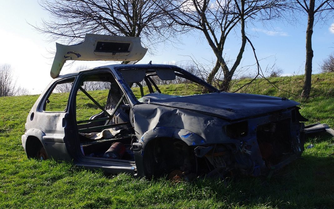 Imagen de un coche abandonado y calcinado