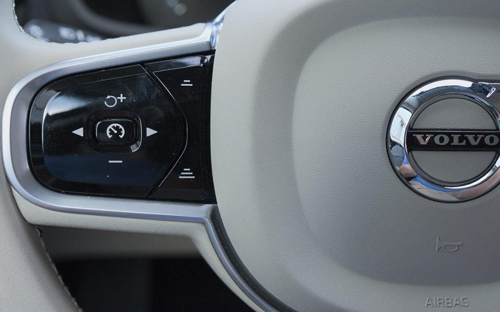 Detalle botones del volante del Volvo V60 Cross-Country