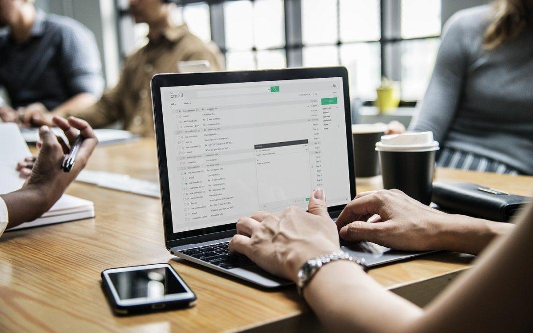 Imagen de una persona consultando su correo electrónico en el trabajo