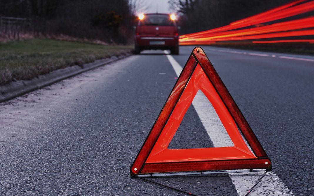 Imagen de un triángulo de emergencia señalizando un vehículo averiado