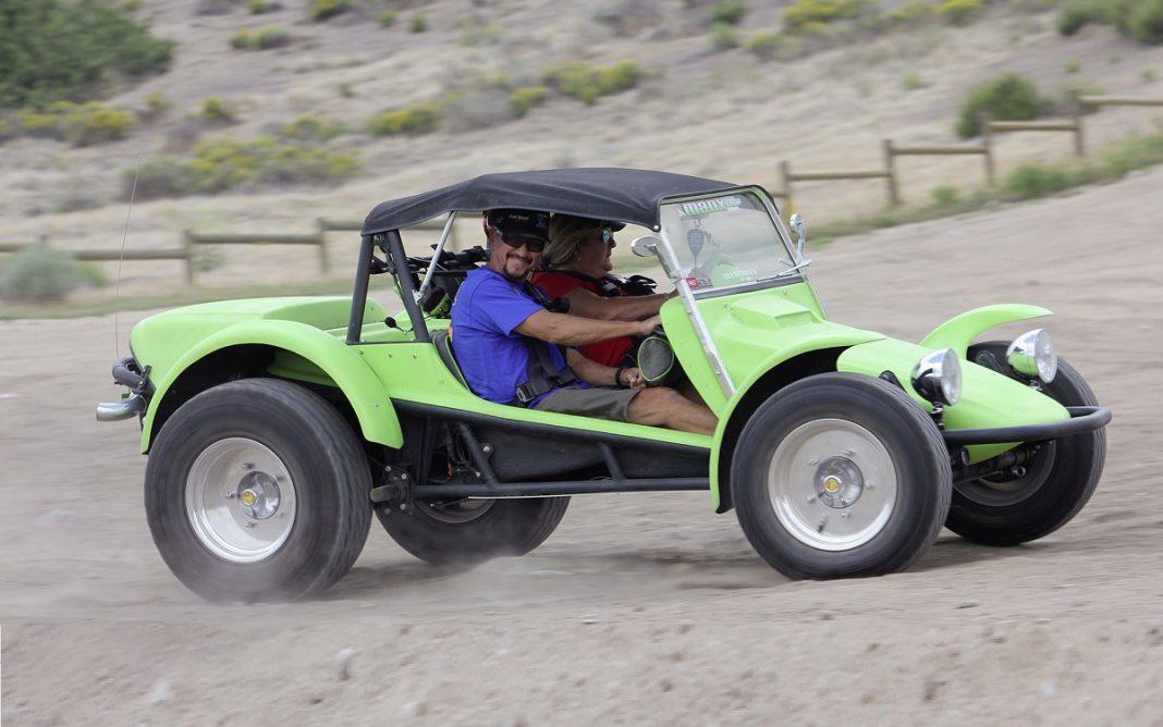 Imagen de un VW Buggy clásico circulando por la arena