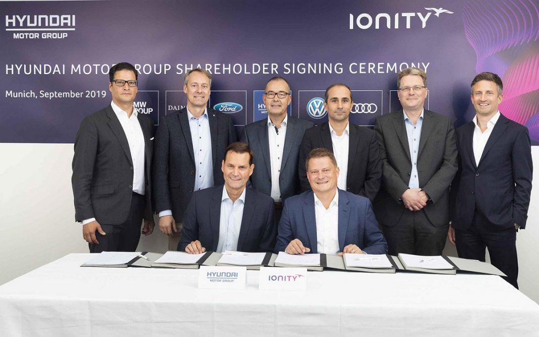 Imagen de la firma del acuerdo Hyundai-Ionity