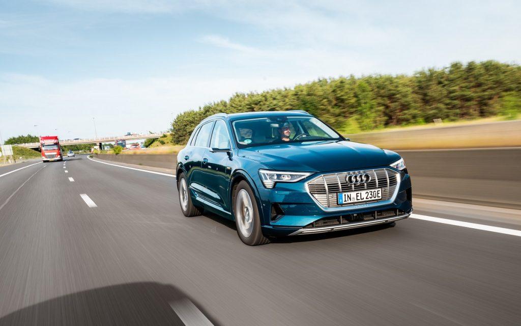 Imagen en autopista de un Audi e-Tron 55 quattro