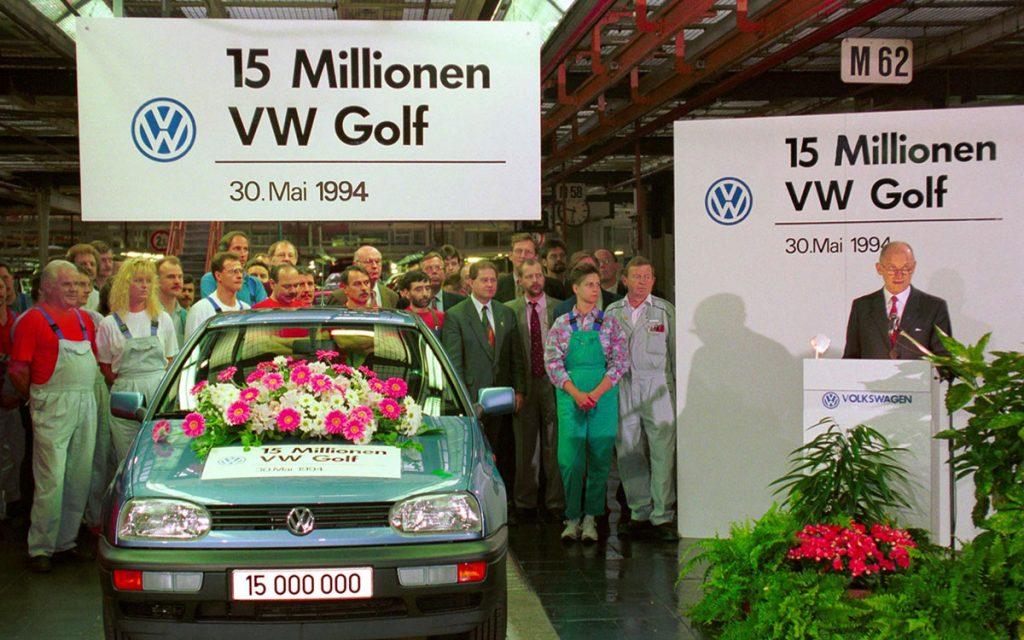 Ferdinand Piëch dando su bendición al VW Golf número 15 millones