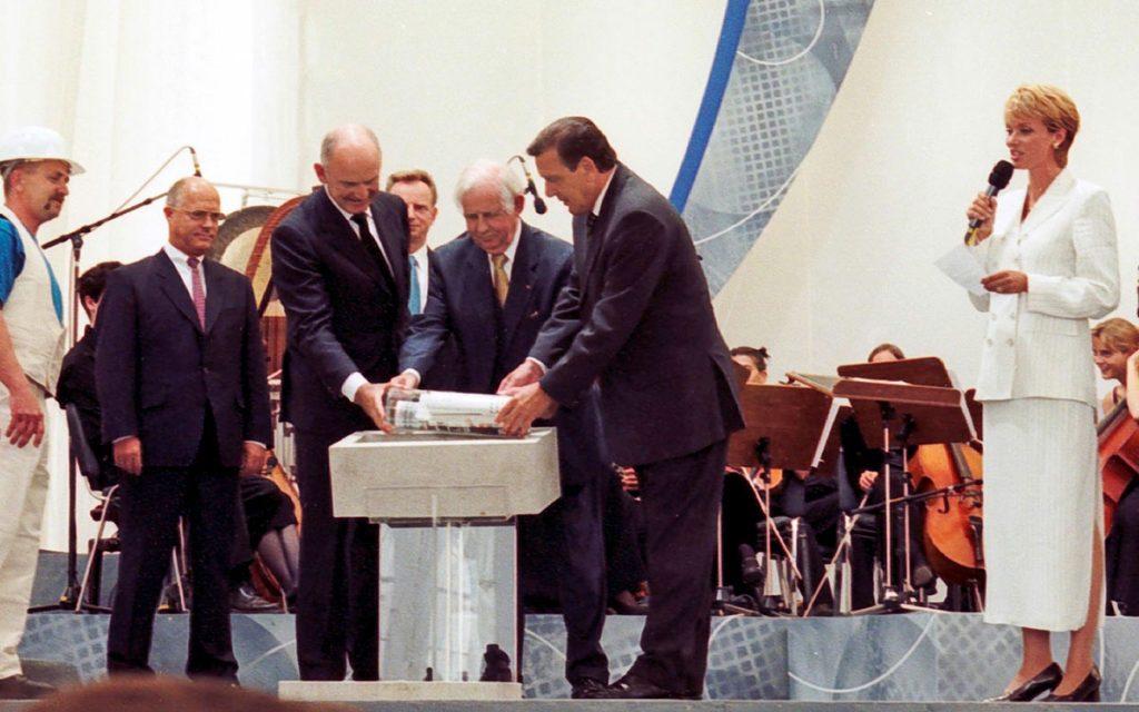 Ferdinand Piëch colocando la primera piedra en la fábrica VW de Dresde
