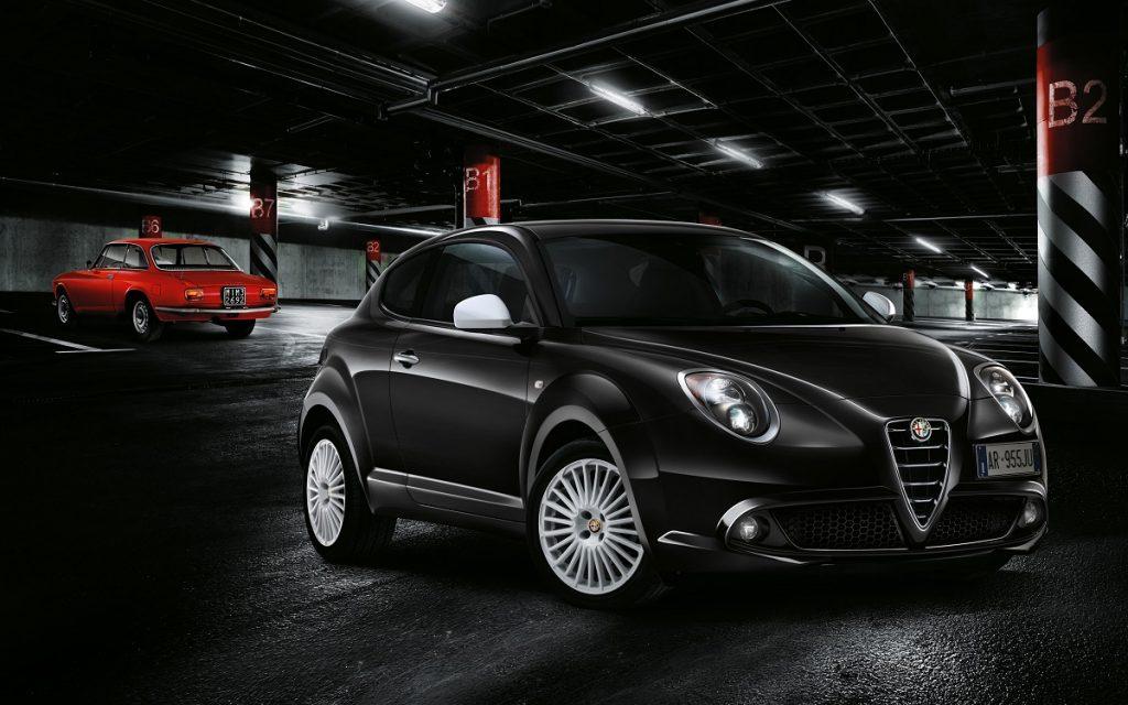 Imagen del Alfa Romeo Mito con su predecesor aparcado al fondo