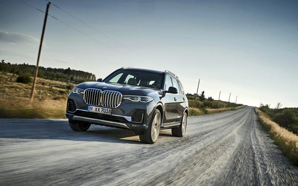 Imagen de un BMW X7 circulando por un camino