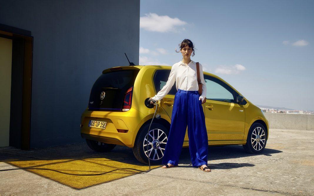 Imagen de una chica recargando un VW e-up!