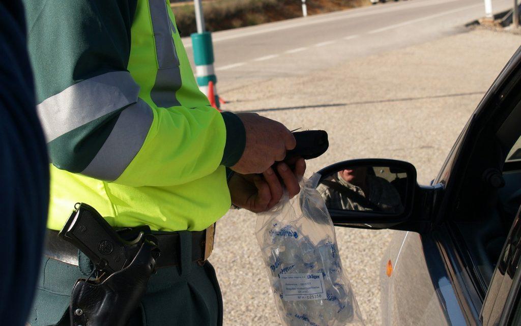 Imagen de un guardia civil junto a un vehículo