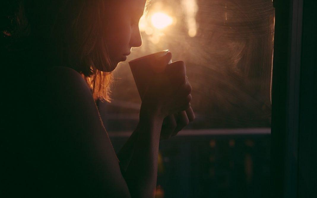 IMagen de una mujer bebiendo de una taza