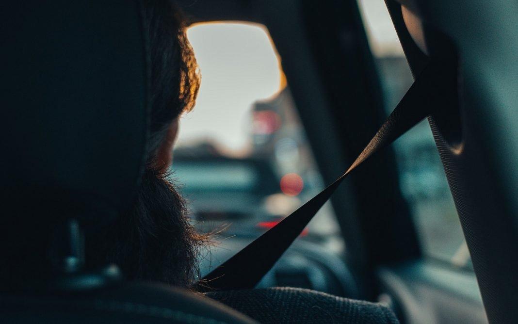 Imagen de un pasajero dentro del coche con el cinturón de seguridad puesto