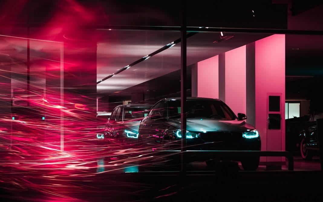 Imágenes de varios vehículos haciendo cola para acceder a un laboratorio