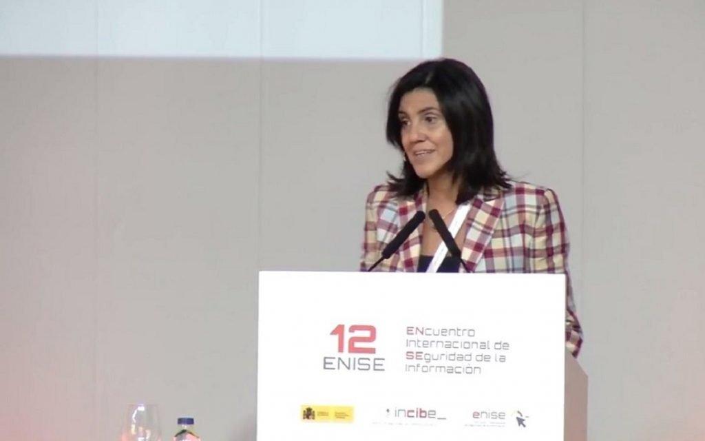 Imagen de Azucena Hernández durante la presentación de EUROCYBCAR en 12ENISE, de INCIBE.
