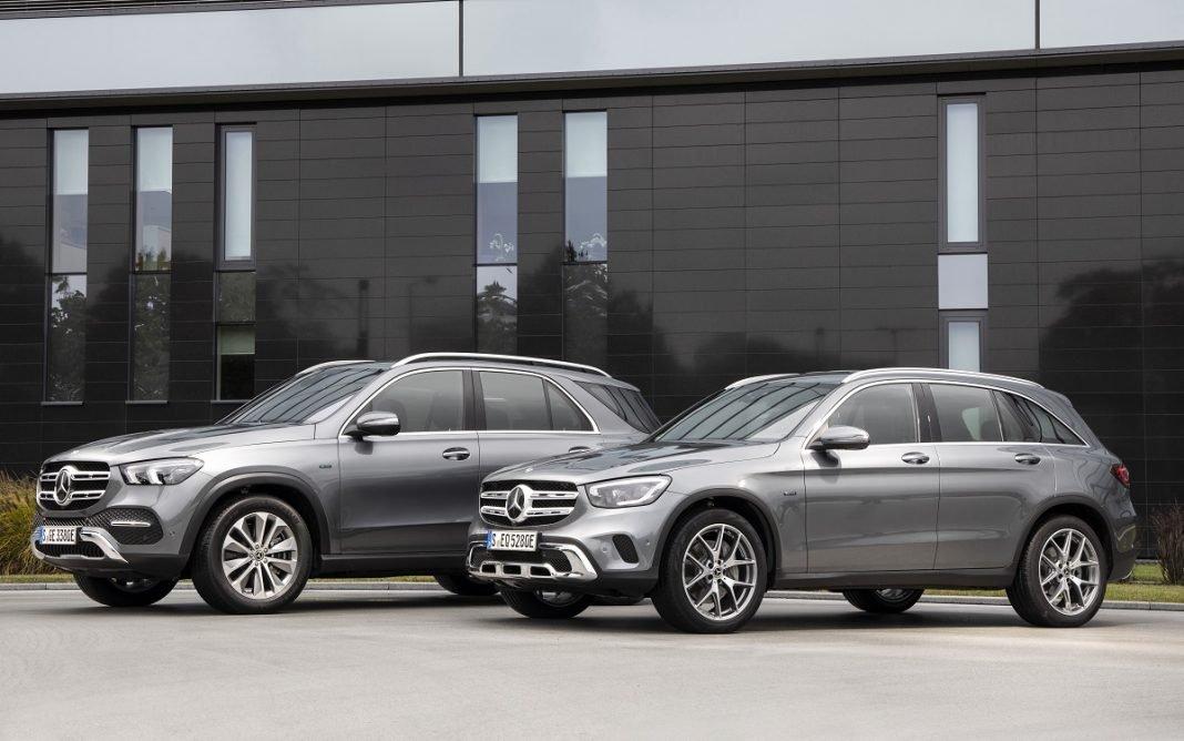 Imagen de los nuevos Mercedes GLE y GLC híbridos enchufables tres cuartos delantero de color gris