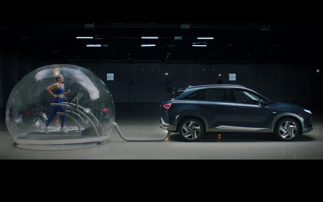 Mireia Belmonte entrenando en una burbuja conectada al escape del Hyundai Nexo