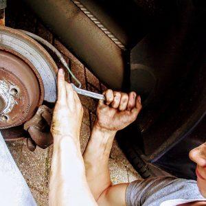 Imagen de un mecánico con un coche
