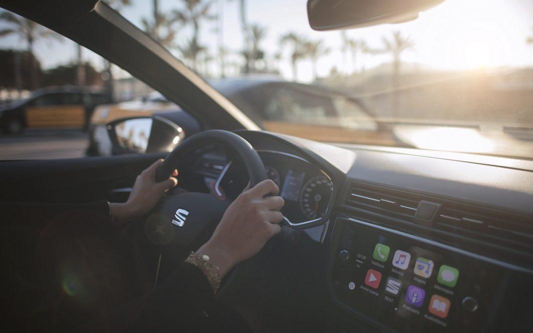 Imagen interior de un Seat Ibiza con una persona al volante