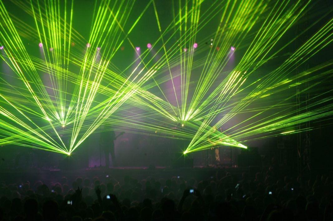 Concierto en una discoteca con multitud de láseres verde