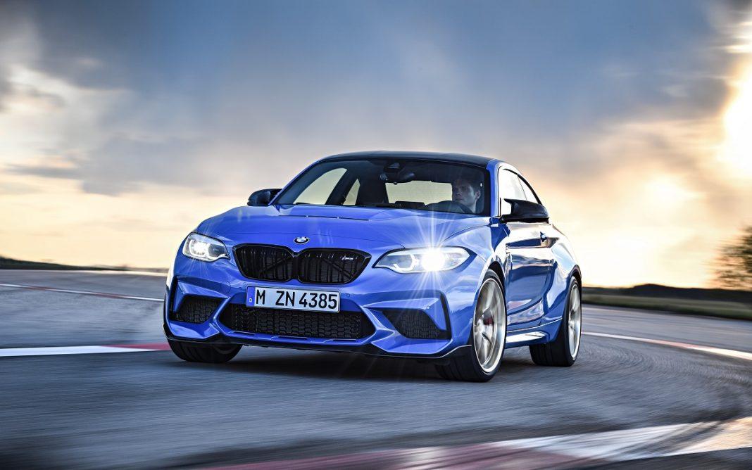 Imagen del BMW M2 CS de color azul en tres cuartos delantero en circuito