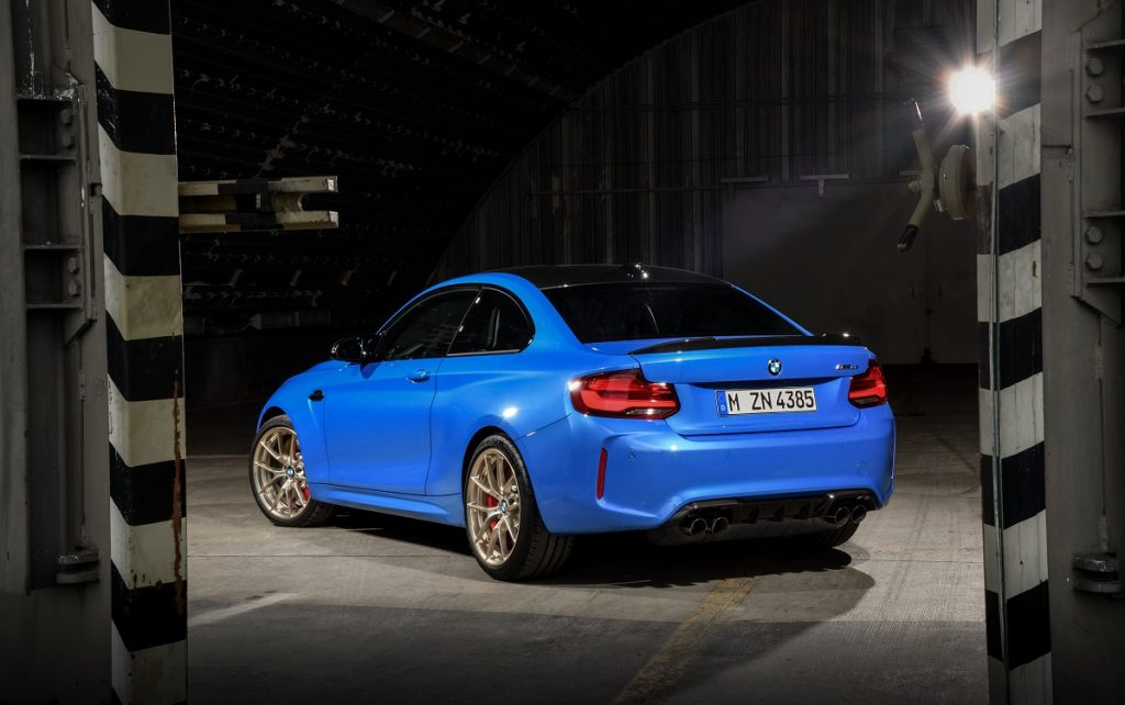 Imagen del BMW M2 CS de color azul en tres cuartos trasero en parado.