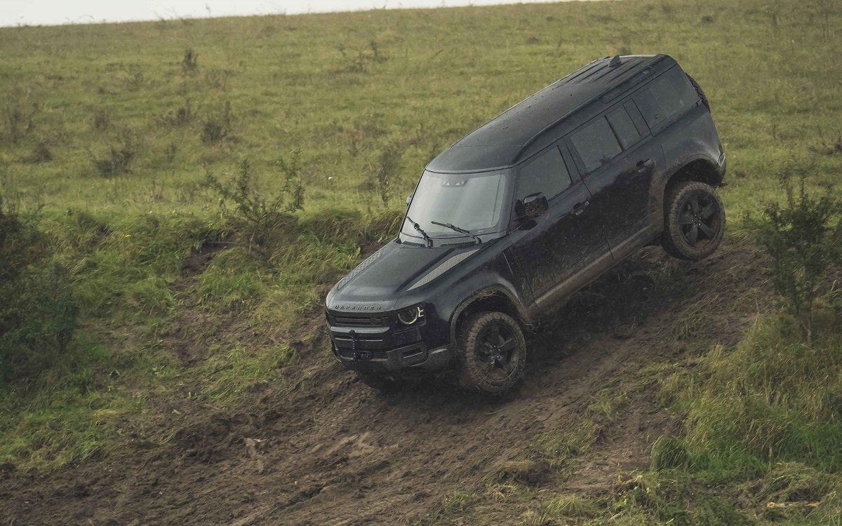 Imagen del nuevo Land Rover Defender descendiendo por una colina
