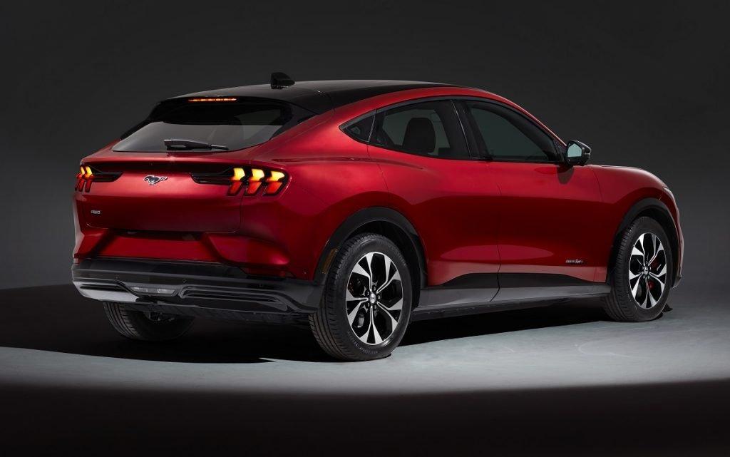 Imagen del nuevo Ford Mustan Mach E tres cuartos trasero en color rojo
