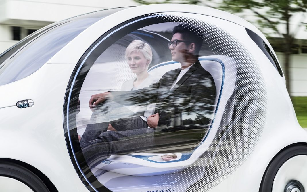 Imagen de dos personas a bordo de un coche autónomo