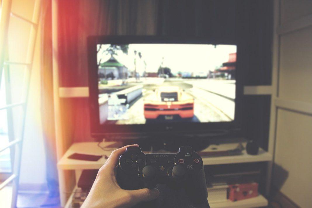 Persona jugando a un videojuego de coches en el salón