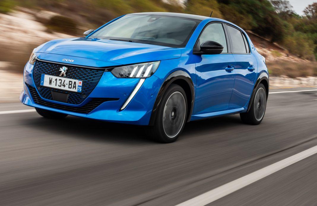 Imagen de un Peugeot e208 de color azul tres cuartos delantero en carretera